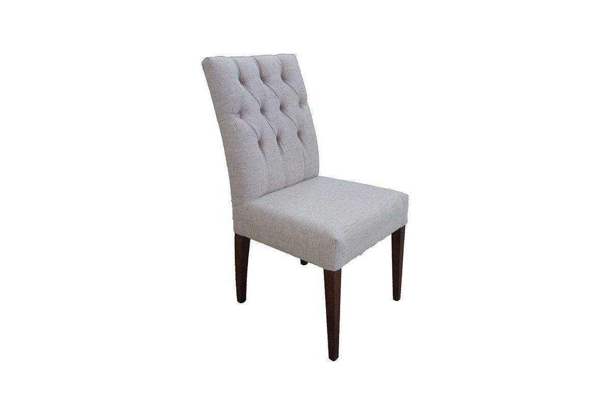 sillas isabelinas tapizadas capitone pata aguja de madera modelo Nerea